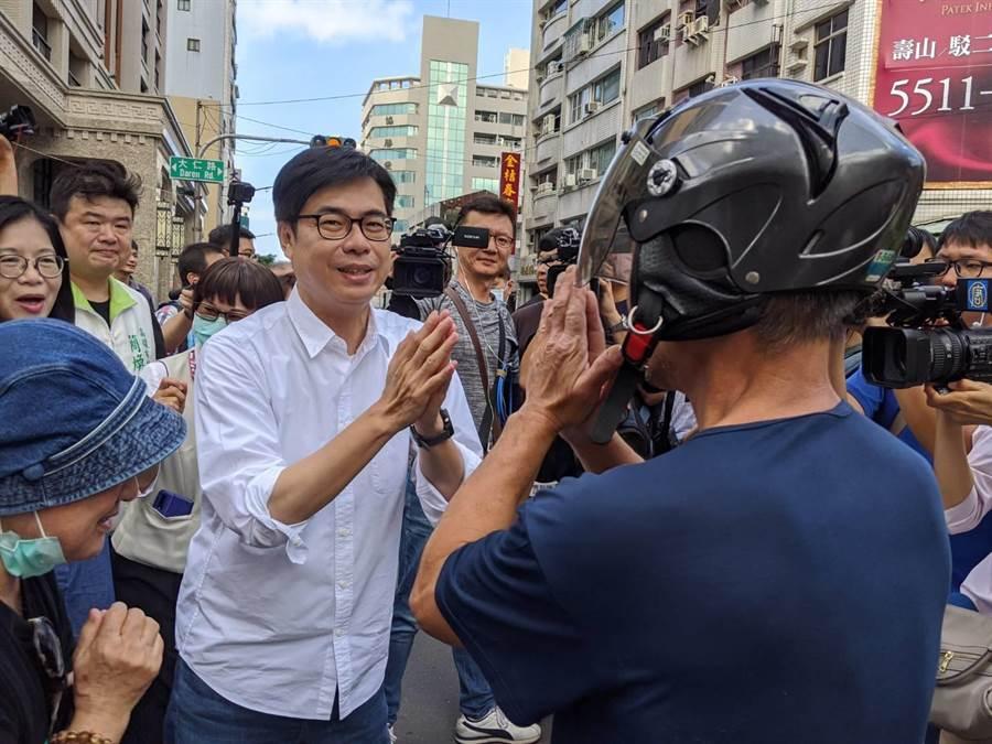 民進黨高雄巿長參選人陳其邁3日到鹽埕區掃街拜票。(曹明正攝)