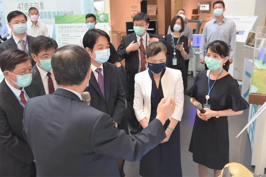 副總統賴清德(右三)、經濟部長王美花(右二)3日前往工研院參與院慶,參訪認識工研院的研發與技術。(莊旻靜攝)