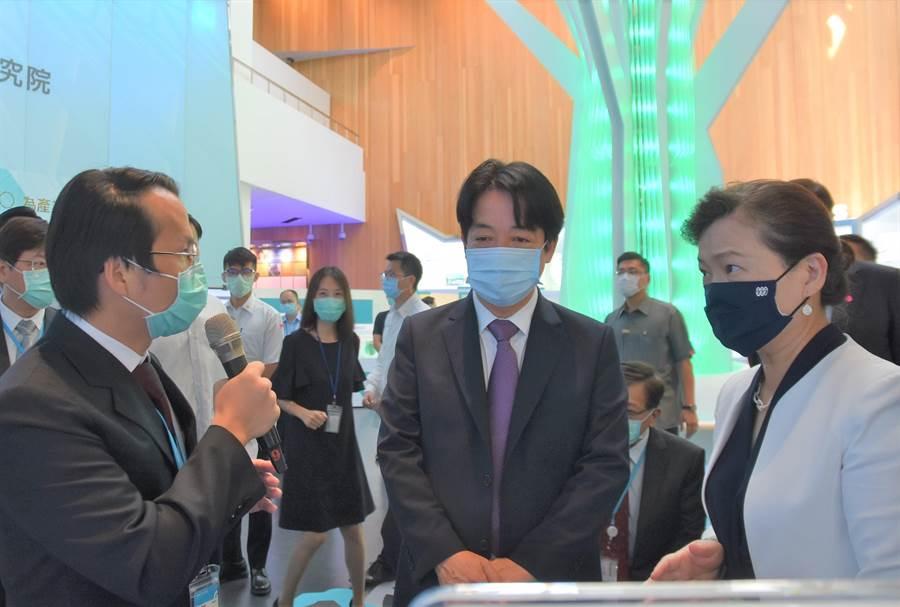 副總統賴清德(中)、經濟部長王美花(右)3日前往工研院參與院慶,參訪認識工研院的研發與技術。(莊旻靜攝)