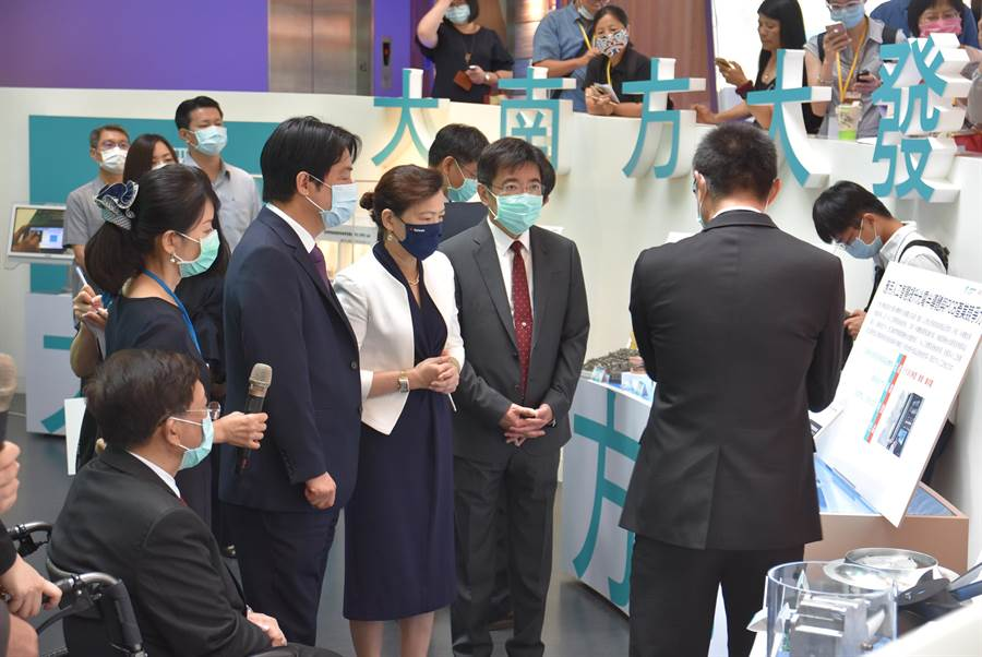 副總統賴清德(左三)、經濟部長王美花(左四)3日前往工研院參與院慶,參訪認識工研院的研發與技術。(莊旻靜攝)