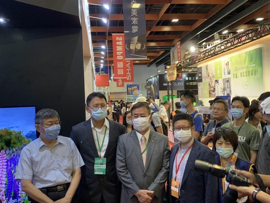 台北市長柯文哲3日前往世貿參訪電器大展。(張立勳攝)