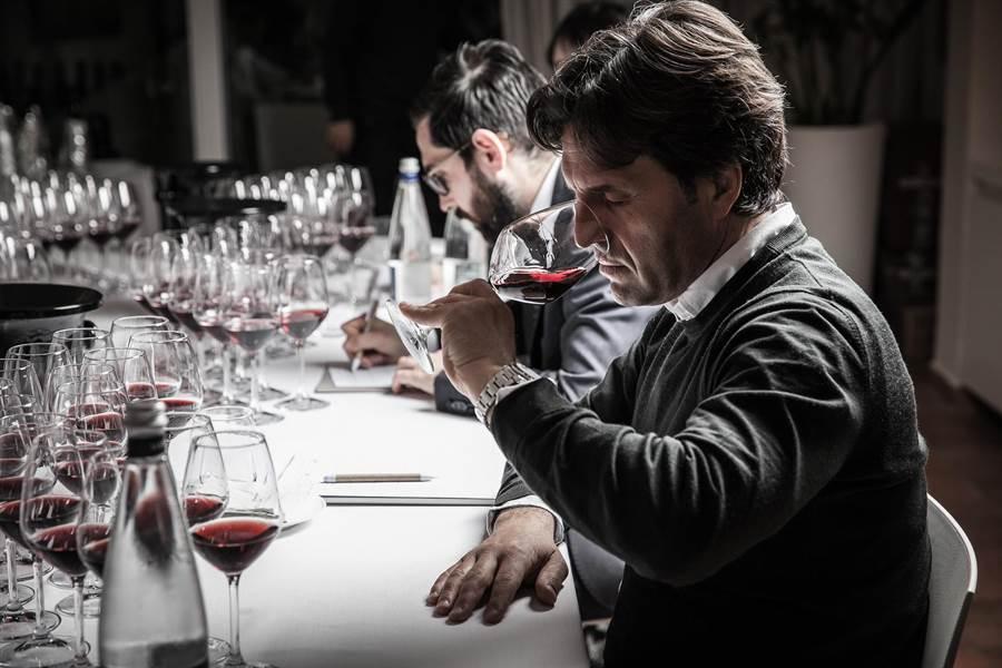 《義大利酒王指南 Barolo Library》由國際酒評家品飲、評鑑。(君品酒店提供)