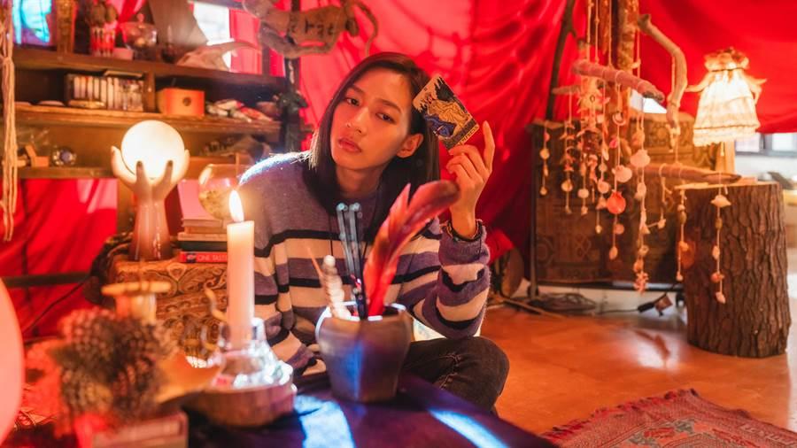 陳妤在片中熱愛塔羅,戲外也培養出新的興趣。(華映提供)