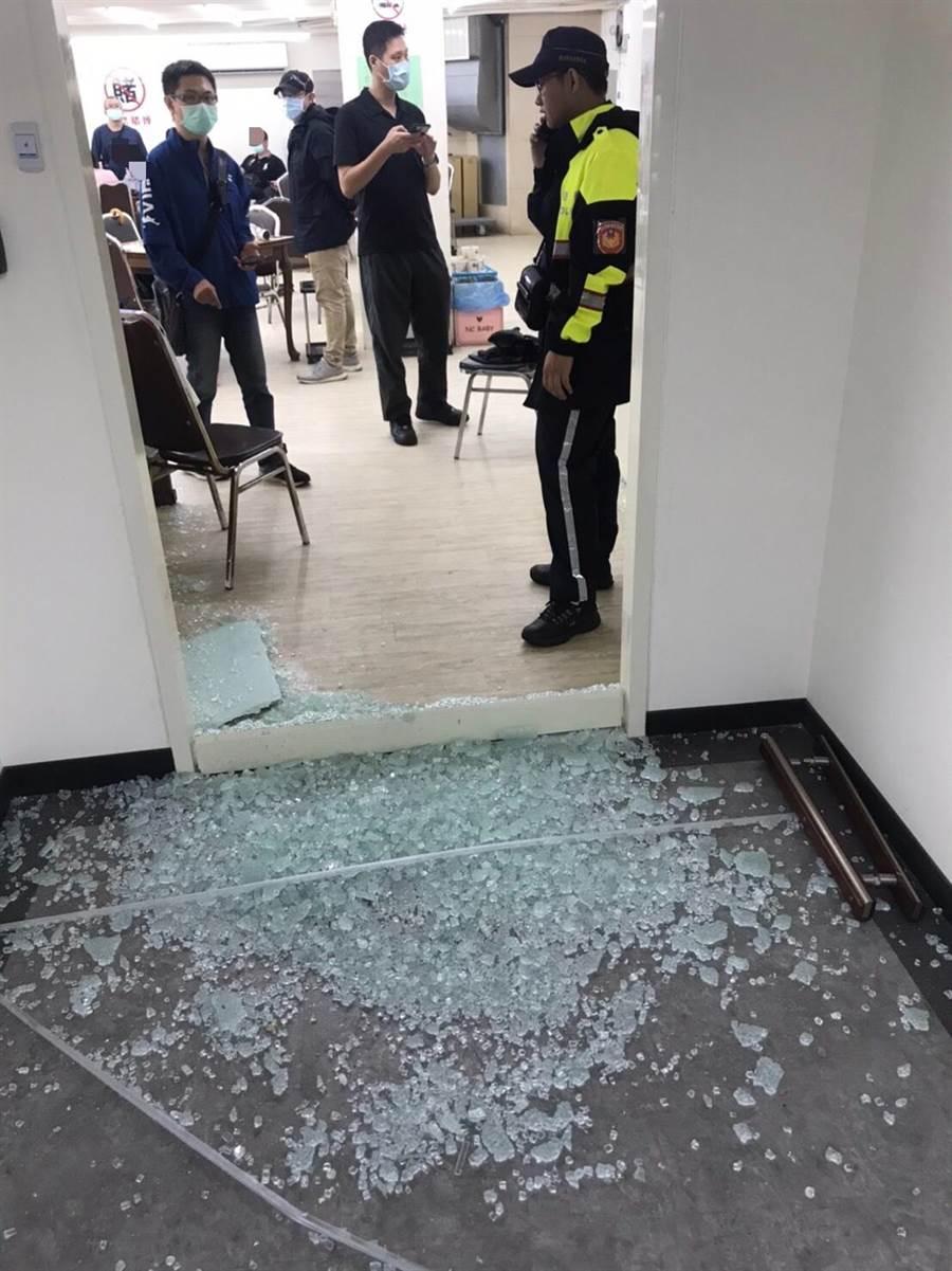 警方擊破玻璃門入內查緝賭場。(警方提供/陳鴻偉台北傳真)
