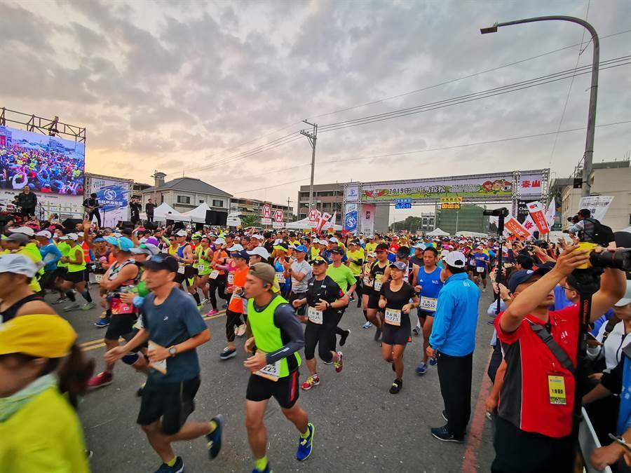 號成全台灣最難中籤的彰化田中馬拉松,每年都吸引萬名來自世界各地跑者齊聚田中,但今年受疫情影響,熱度稍減。(吳建輝攝)
