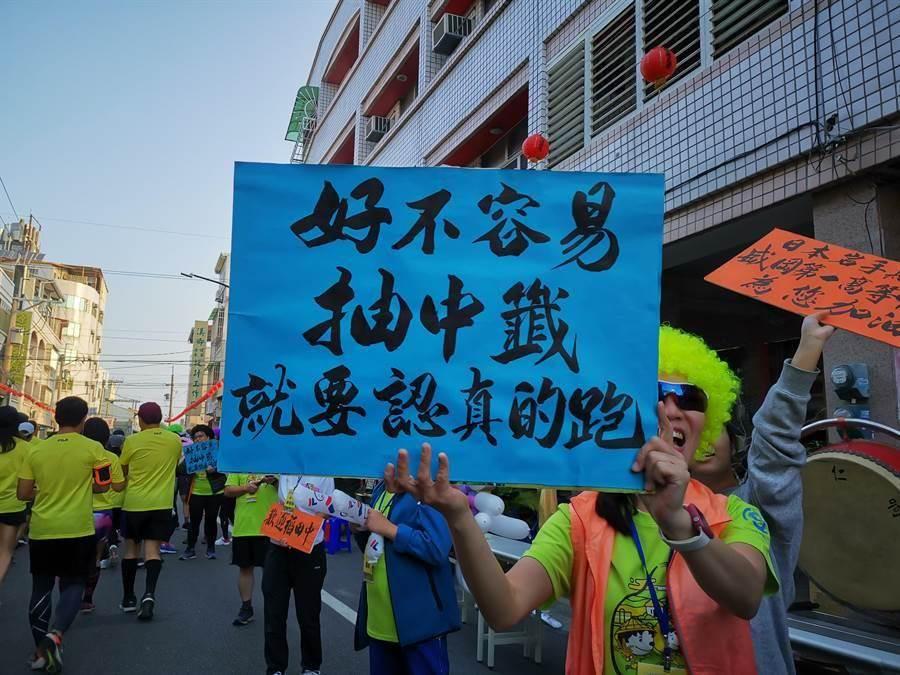 田中馬拉松每年的亮點,都放在路旁補給站澎湃的食物,像是龍蝦、牛排等等,當然還有滿滿的人情味。(吳建輝攝)