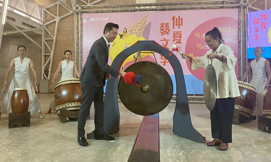 新竹市仲夏藝文季將從7月11日到8月29日一口氣推出7場次經典鉅作,市長林智堅(左)3日敲鑼宣布藝文季正式展開。(陳育賢攝)