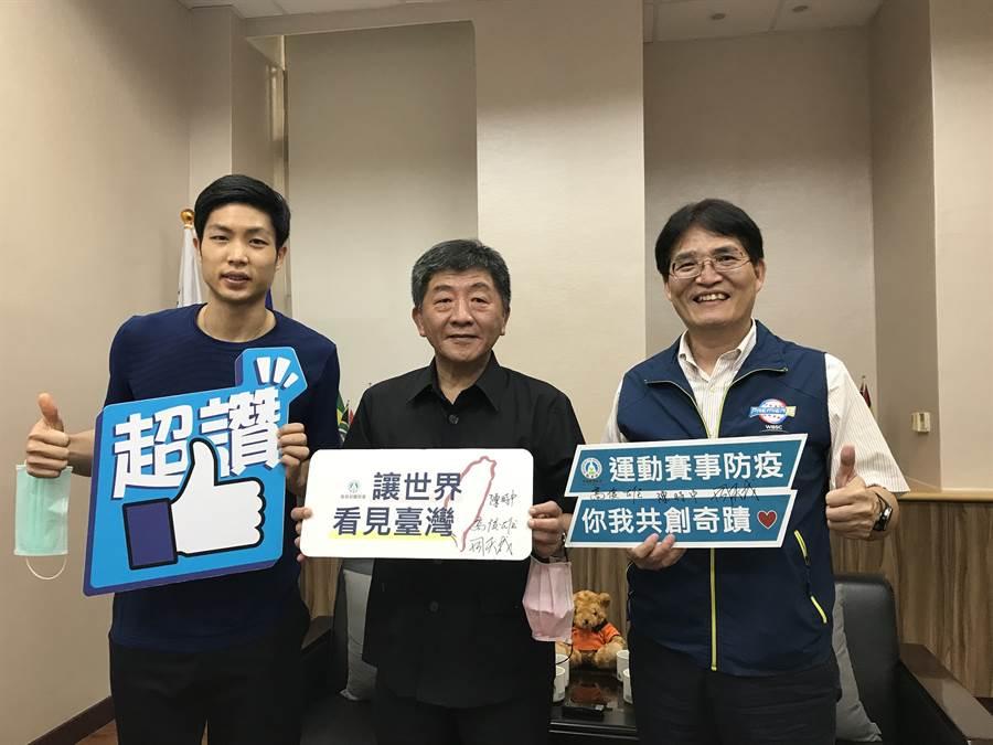 體育署長高俊雄邀請台灣羽球一哥周天成拜會陳時中部長,感謝防疫國家隊的超前部署,讓運動選手奠定疫情後的得勝基礎(體育署提供)