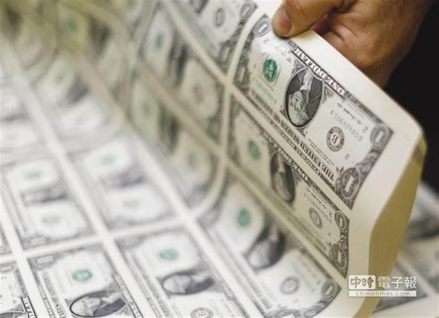 路透對匯率預測者的調查顯示,隨著全球需求疲軟以及美國經濟前景暗淡,未來一年美元的主導地位將逐漸消失。(圖/美聯社)