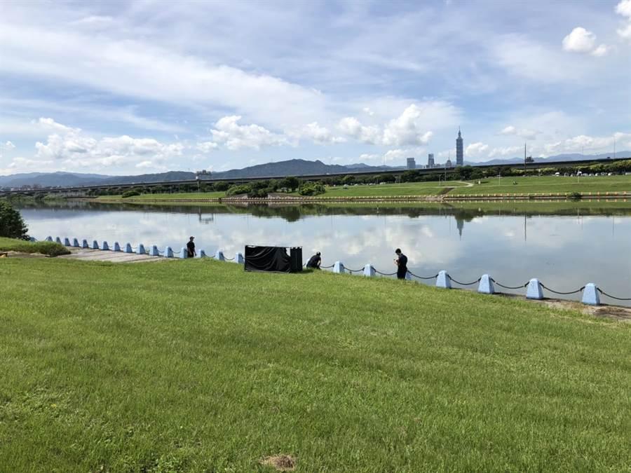 民眾3日上午在美堤河濱公園發現一具女浮屍,警方已確認死者身分。(翻攝照片/林郁平台北傳真)