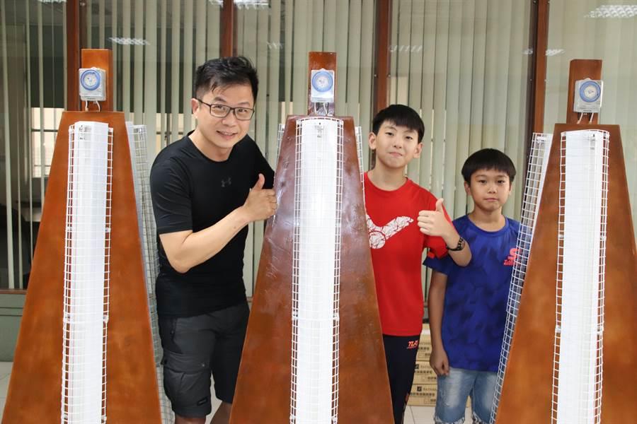 高雄新上國小校長王彥嵓(左)發揮創意研發自製紫外線消毒燈,用來保護全校師生的身心健康狀況,希望任何進到新上國小的學生都可以有一個最安全又舒適的學習環境。(洪浩軒攝)