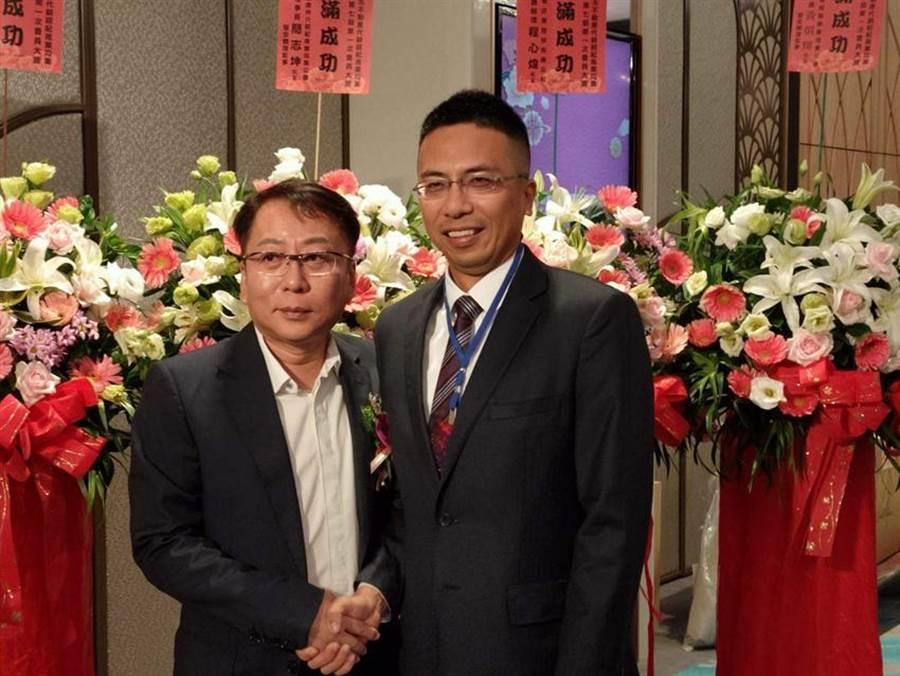 (興東風總經理楊佳松(左)3日正式將高雄市不動產代銷公會理事長的棒子,交給景銳廣告總經理謝哲耀(右)。圖/顏瑞田)