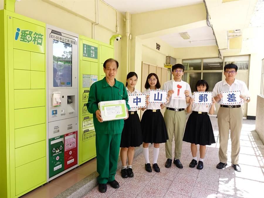 高雄中山工商校長林昭億(左)於畢業典禮前夕將自己裝扮成郵差,舉辦「中山i郵差」活動,到各班把3年前寫給未來自己的1封信回送給畢業生當作賀禮。(洪浩軒攝)