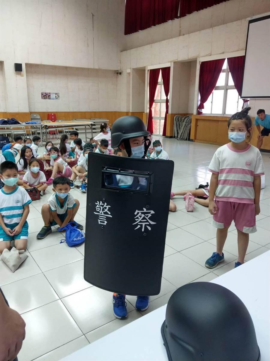 博愛國小二年級師生前往竹北警分局參訪,體驗警察工作,也透過交通、犯罪預防安全宣導,深耕守法觀念。(警方提供/莊旻靜新竹傳真)