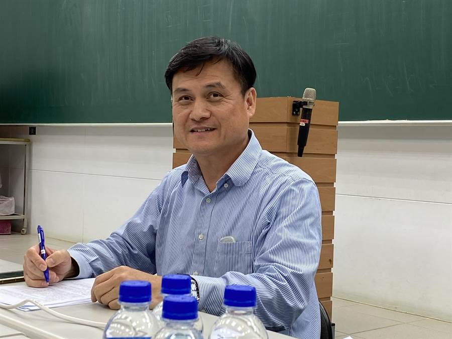 補教老師游夏說,今年生物科有6題跟新冠肺炎相關,創下紀錄。(林志成攝)