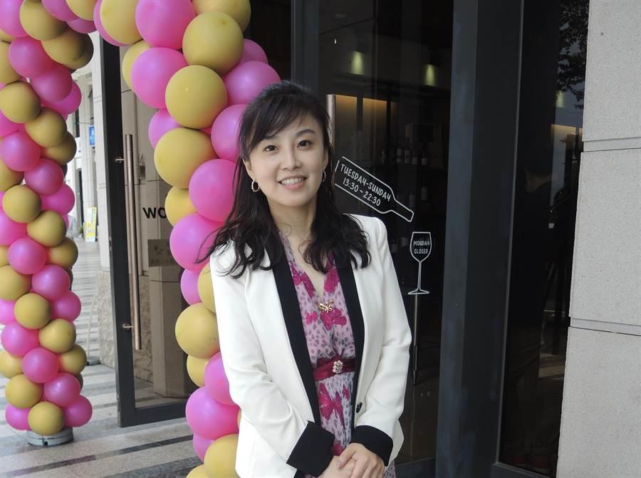 笑容甜美的劉嘉文曾是矽谷家庭主婦,返台後勇敢創業,希望推廣自然農法栽培生產的紅酒。(邱立雅攝)