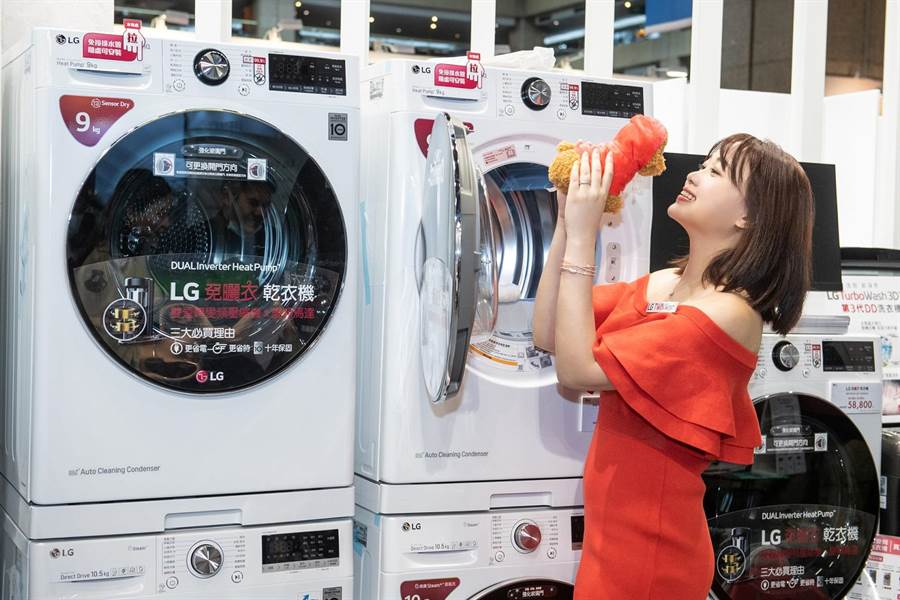 LG TWINWash雙能洗15公斤蒸洗脫滾筒衣機冰磁白,5萬1800元起,即日起開放預購,預計8月上旬開賣。(LG提供)