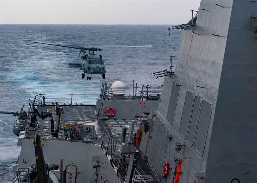 圖為美軍第7艦隊今年5月28日西沙群島進行演習,一架MH-60R直升機在勃克級導彈驅逐艦穆斯丁號上降落,演習聲稱是維護印度太平洋地區的安全穩定及航行自由。(圖/美國海軍)