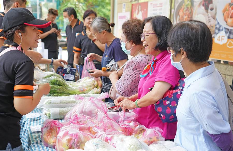 新北果菜公司今(3日)於板橋遠東百貨中山店舉辦「夏季快閃蔬果特賣會」。(新北果菜公司提供)