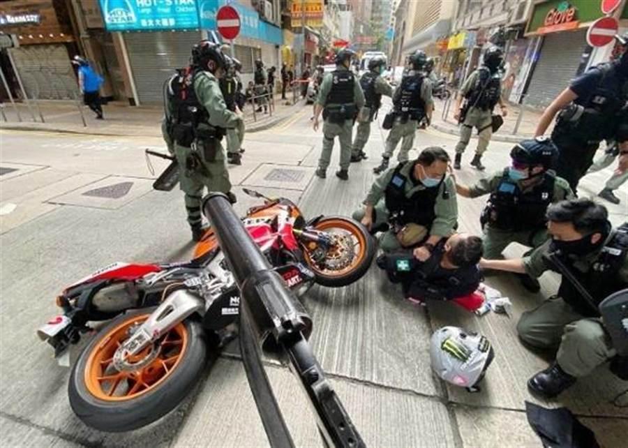 7月1日,一名攜帶「港獨」旗幟的抗議者騎重機衝撞警員,被警方控告違反《香港國安法》下的「煽動他人分裂國家罪和恐怖活動罪」。(香港東網)