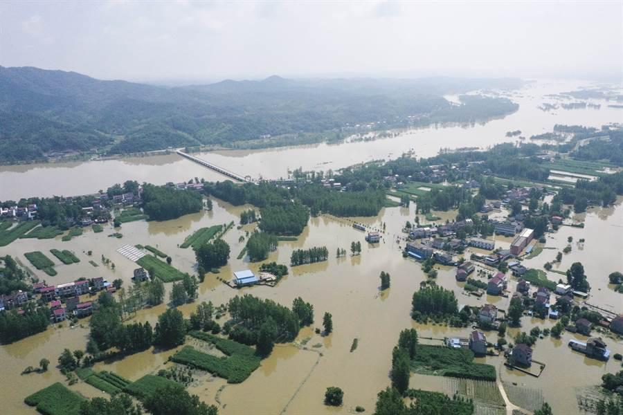 今年6月以來大陸南方接連遭遇5輪強降雨襲擊,中央氣象台已連續31天發出暴雨警報,為近10年來首見。圖為安徽省六安市水災現場,與許多南方城市相同,全都淹成一片澤國,損失慘重。(圖/中新社)