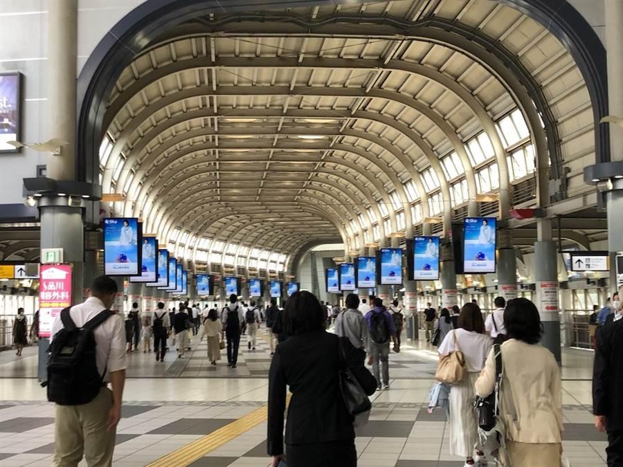 東京都解除疫情警報後,品川車站的人潮又逐漸多了起來。(黃菁菁攝)