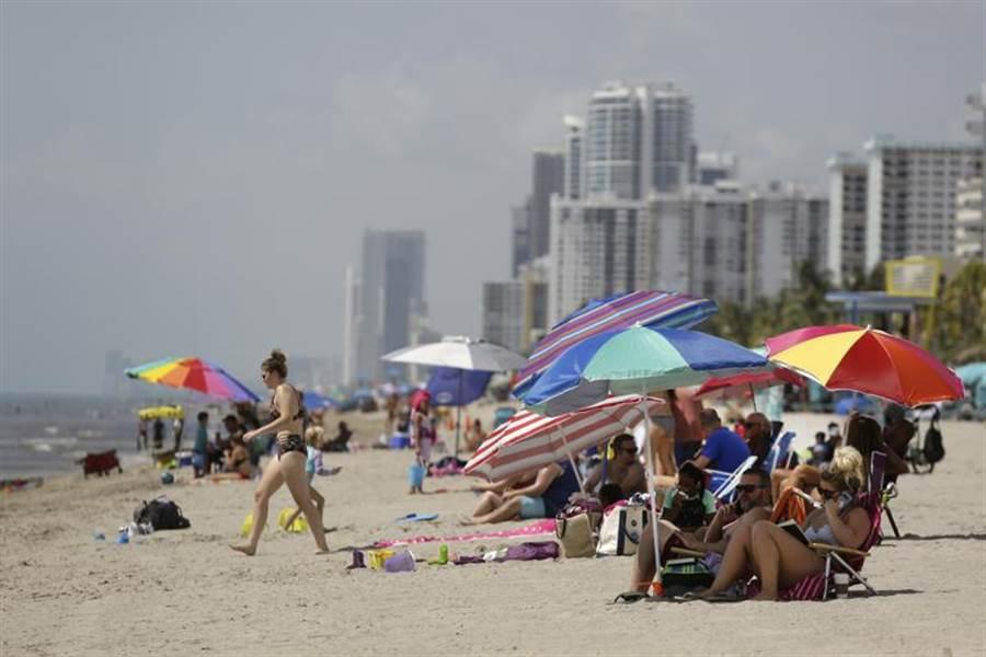 美國佛羅里達州的好萊塢海灘,2日仍滿滿人潮。為避免疫情擴散,該州的棕櫚灘到Key West等地的海灘,在國慶日周末都將關閉。(美聯社)