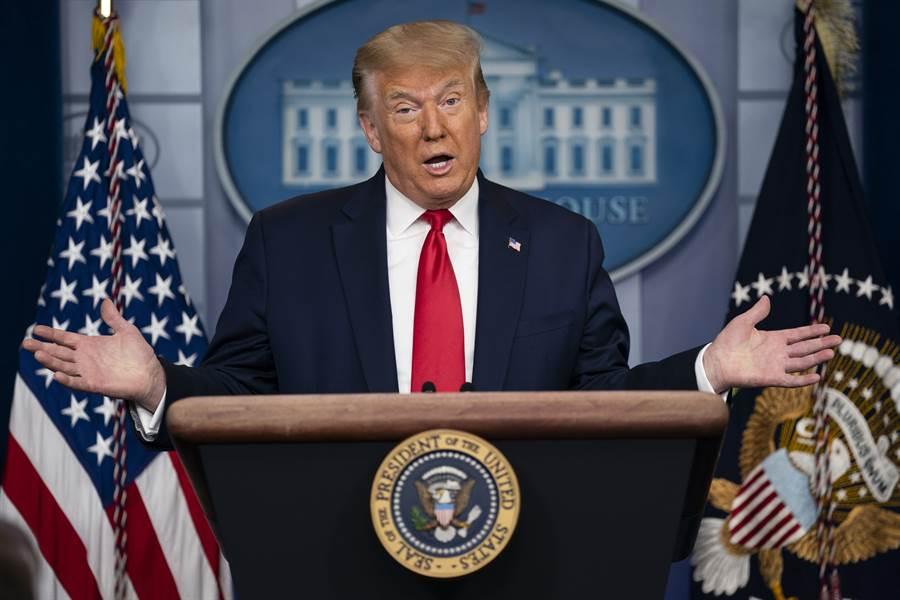 川普在白宮喜孜孜地公佈一個「驚人消息」,聲稱美國經濟超出預期地出現強勁反彈。(圖/美聯社)