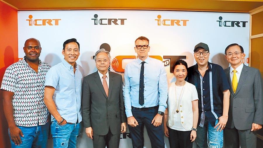 合庫金控暨銀行董事長雷仲達(左三)、ICRT總經理Tim Berge(右四)、合庫銀行副總經理戴燈山(右一)、ICRT副總經理于淑湄(右三)、ICRT主持人Joseph Lin(右二)、藝人Alex艾力克斯(左二)、Dooley杜力(左一)等在ICRT廣播電台合影。圖/業者提供