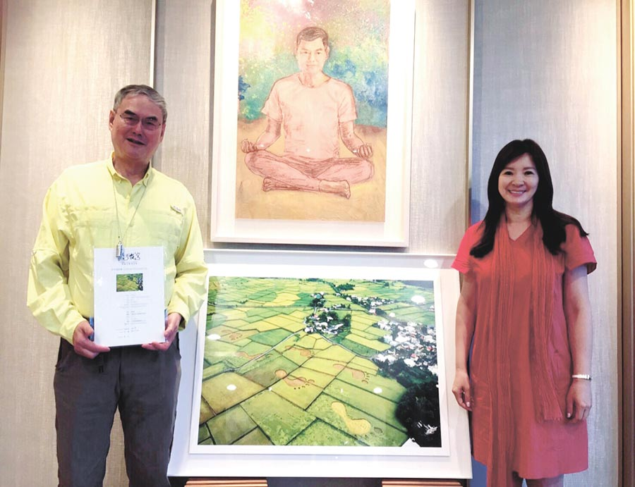 「看見‧齊柏林基金會」』執行長萬冠麗(右)親贈「看見台灣」大腳印照給和泰大金公司董事長蘇一仲(左)。圖/業者提供