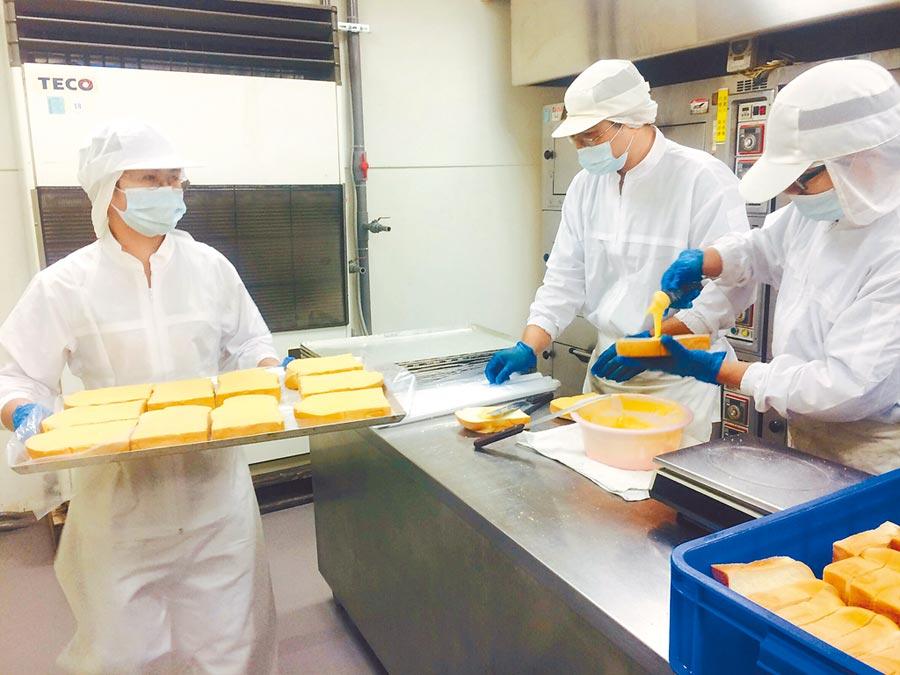 許多庇護工場為搶食年節市場大餅,今年紛紛與異業結盟,推出混搭風年節禮盒。(本報資料照片)