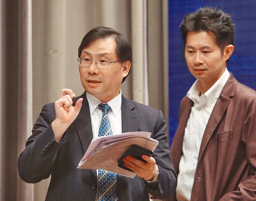 經濟部次長林全能(左)表示,會召集「數位業者」討論是否還有下一波新的優惠出來。右為行政院發言人丁怡銘。(王英豪攝)