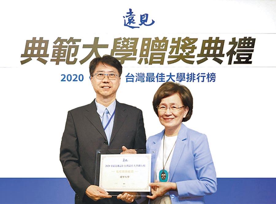 逢甲大學校長李秉乾(左)參加《遠見雜誌》舉辦的典範大學表揚。(逢甲大學提供)
