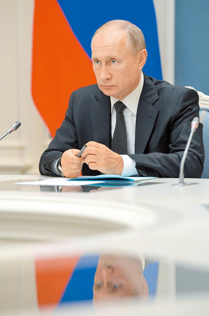 俄羅斯通過修改憲法公投,目前開出的99.9%的票數中,有77.9%的俄羅斯人支持修憲。這意味著現年67歲的俄羅斯總統普丁將可以執政到2036年,當他年屆83歲時。 (路透)