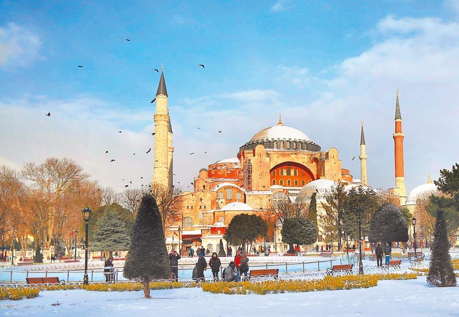 土耳其第一大城伊斯坦堡的著名地標聖索菲亞大教堂(Hagia Sophia),是世界五大圓頂教堂之一。(美聯社)