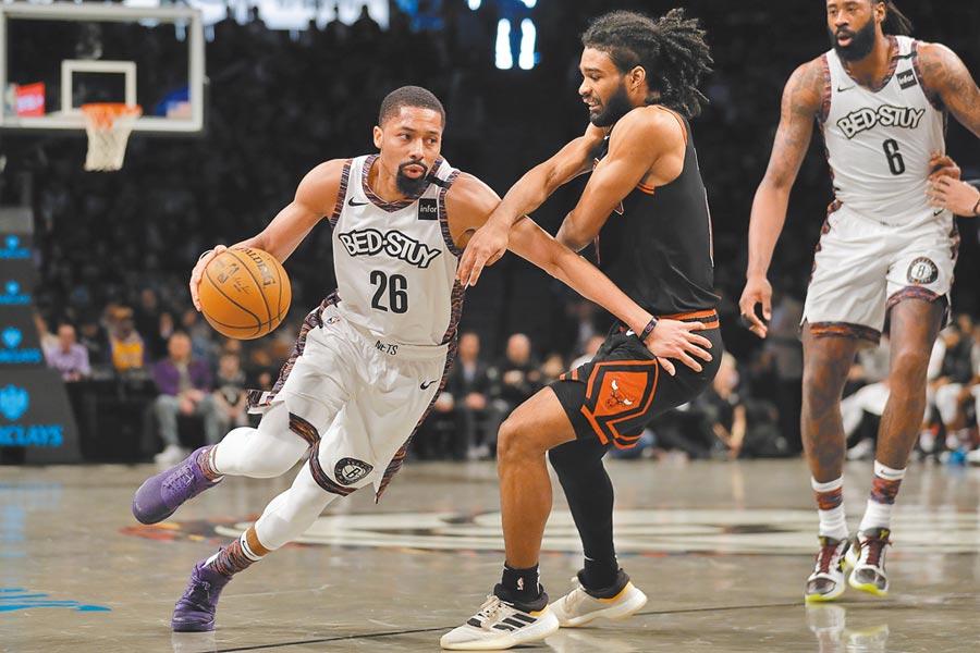 NBA復賽如箭在弦上,但剛宣布感染新冠肺炎的籃網後衛丁維迪(左),能否前往奧蘭多參加復賽充滿變數。(美聯社資料照片)