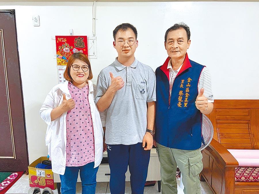 新住民之子張俊欽(中)統測成績獲北北基榜首,里長蔡龍豪(右)送上獎學金,母親也相當開心。(二信高中提供/許家寧基隆傳真)