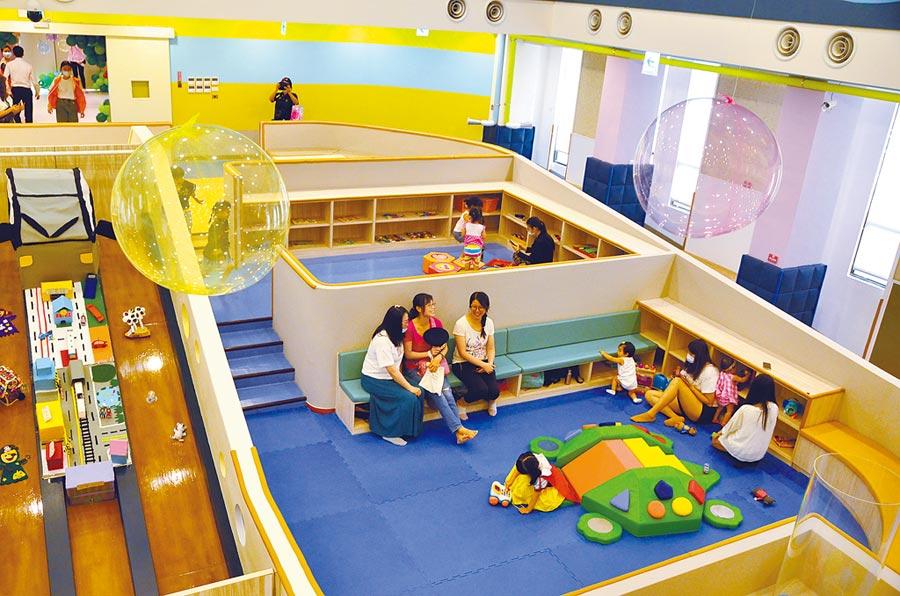 八德公托中心暨八德興豐親子館2日開幕,其中親子館以「森林樹屋」為主題,為0至6歲兒童提供模擬山丘、積木、Cosplay服裝。(賴佑維攝)