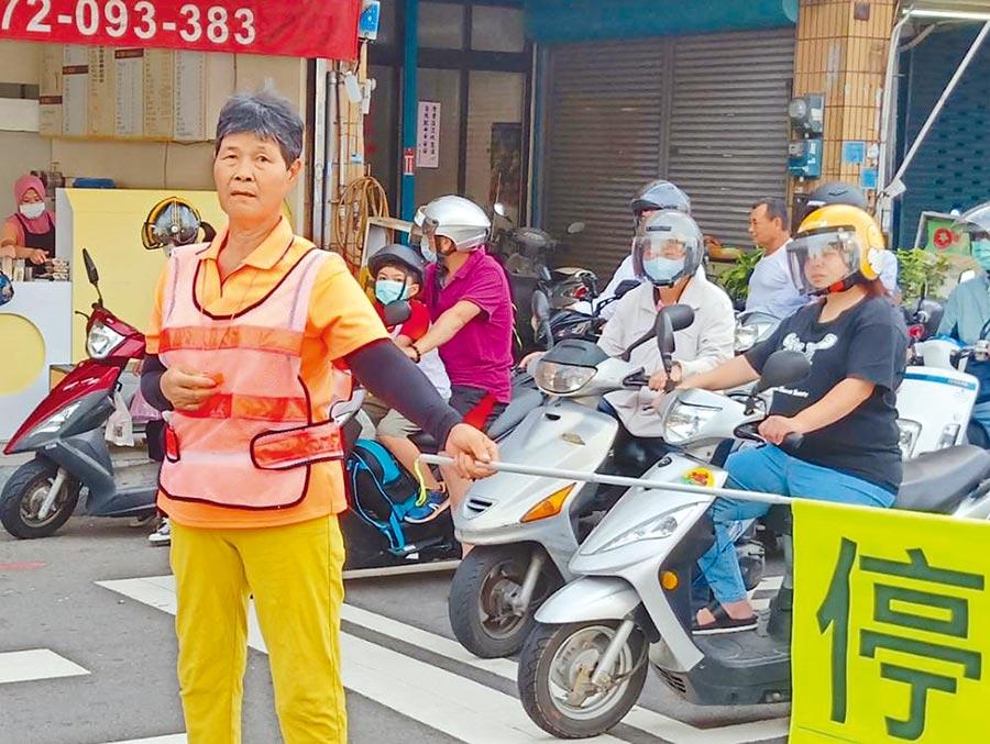 游徐玉蘭從導護志工阿姨變成阿婆,服務30多年仍熱心不輟。(莊旻靜攝)