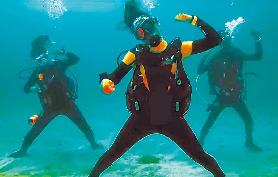 「台灣潛水」公司3名潛水員穿著潛水衣,在海底跳了30秒的驕仔舞,片段放入縣府交通旅遊處的影片,讓人驚豔。(翻攝畫面/潘建志屏東傳真)