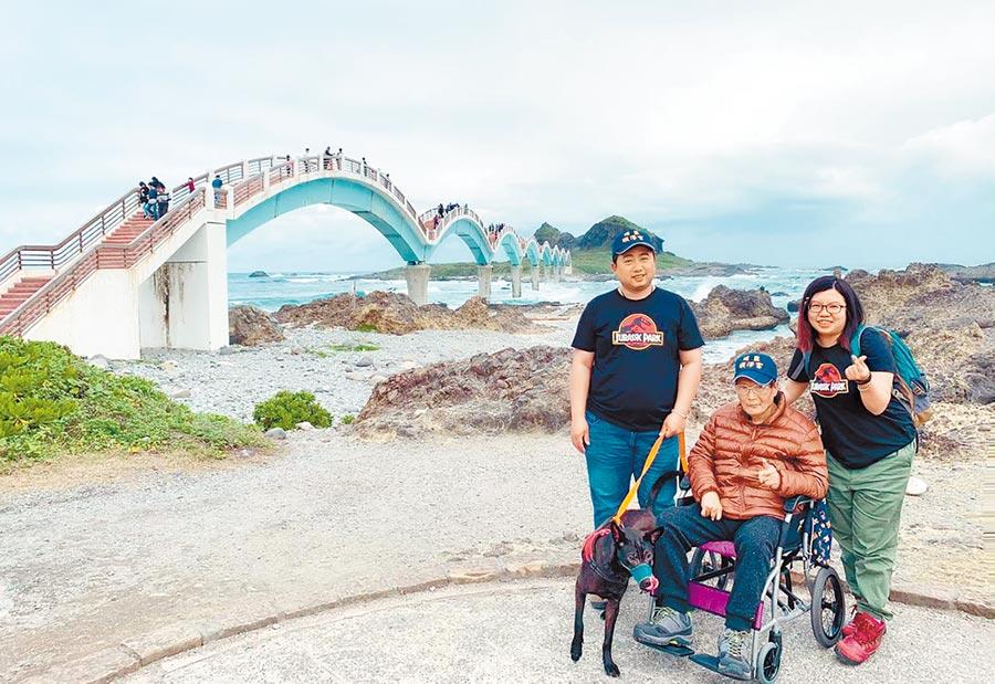 台南市民林塏宗夫婦,帶著癌末父親遊台東,圓滿完成父親願望。(部立台東醫院提供/莊哲權台東傳真)