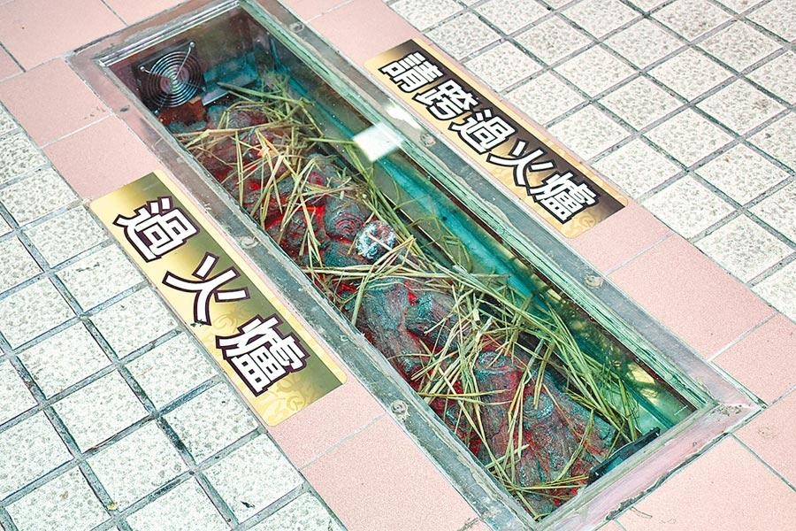 嘉義市殯葬管理所為顧及送葬家屬安全,同時也兼顧空氣品質,在火化場外研發設置一款仿真過火爐。(呂妍庭攝)