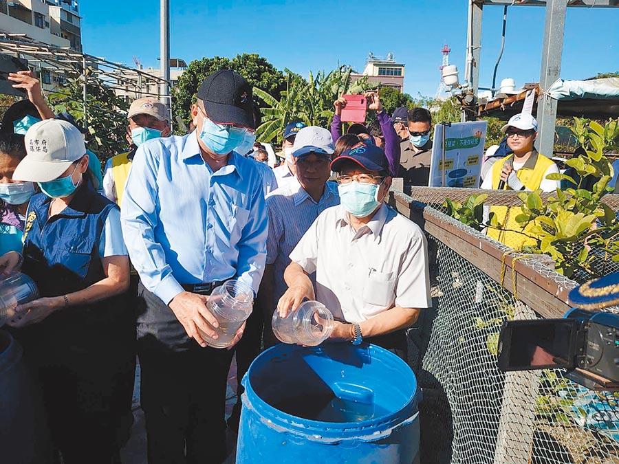 高雄登革熱疫情升溫,圖為日前高雄市代理市長楊明州(前右)視察登革熱防疫狀況。(本報資料照片)