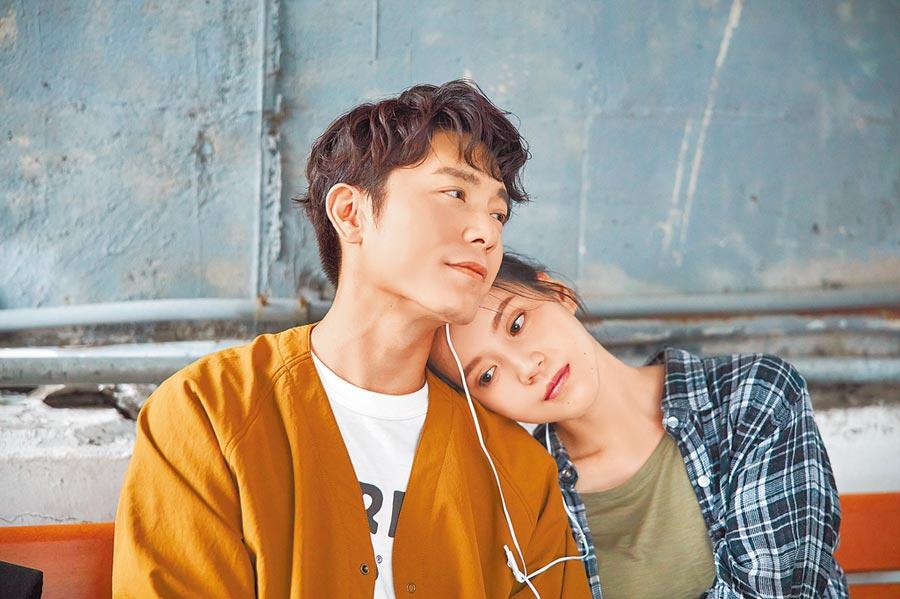 韋禮安(左)拍MV,感謝程予希帶戲。(The Orchard提供)