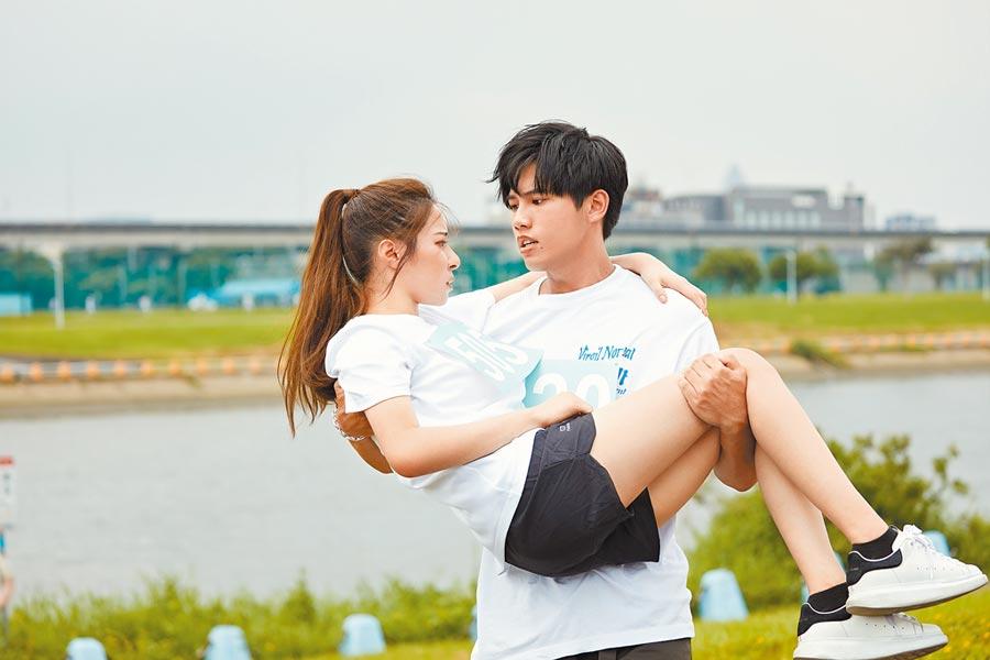 林孟辰(右)在MV中,公主抱跑步受傷的女主角。(環球音樂提供)