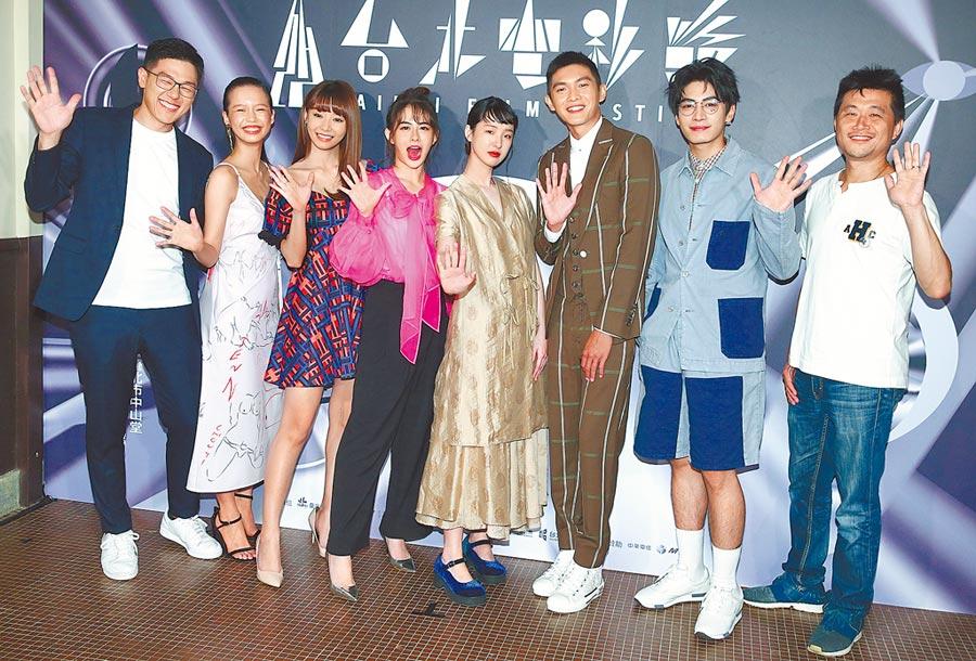 《哈囉少女》在台北電影節舉行世界首映,導演王威翔(左起)與王渝屏、陳怡叡、姚亦晴、劉主平、林輝瑝、宋柏緯、監製連奕琦出席。(粘耿豪攝)