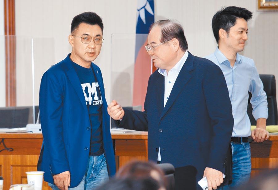 國民黨黨主席江啟臣(左)2日與黨祕書長李乾龍(中)等人交換意見。(本報系記者姚志平攝)