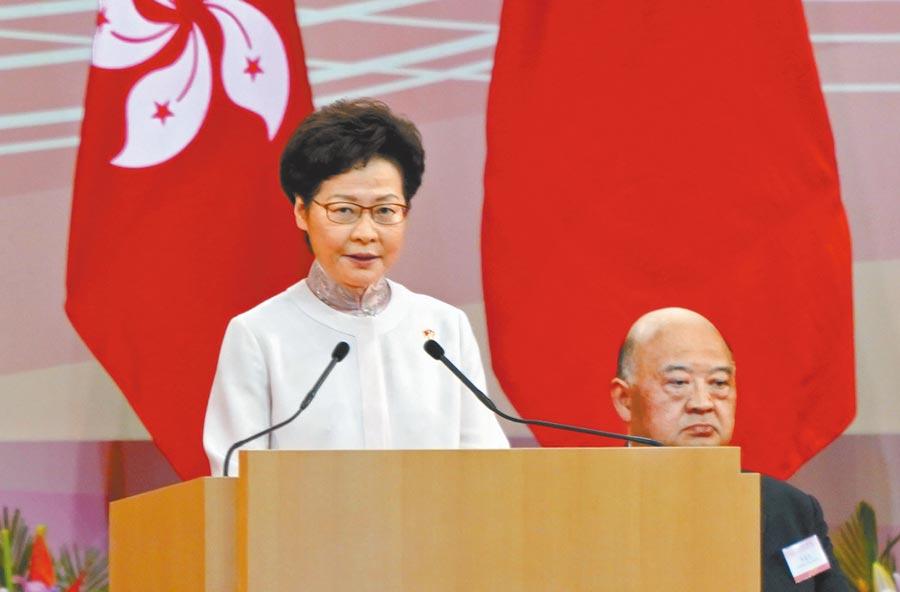 7月1日上午,香港特區政府舉行酒會,特首林鄭月娥出席致詞。(中新社)