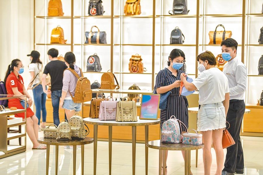 遊客在海南免稅店選購商品。(中新社資料照片)