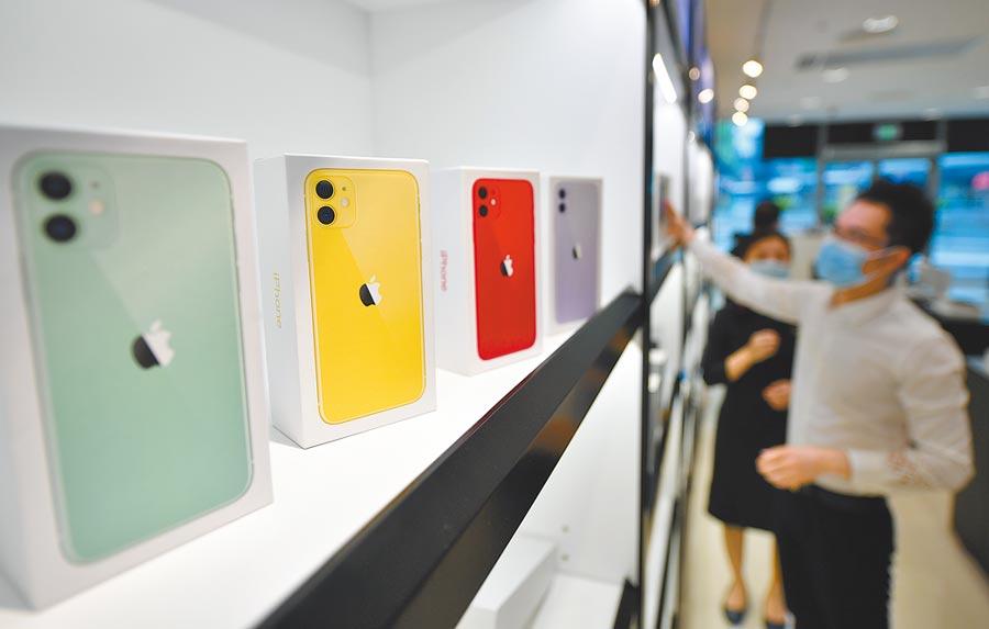 顧客在海口免稅店選購手機。(新華社資料照片)